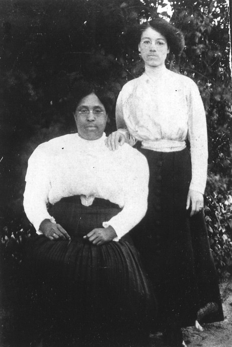 Louse Smitherman Phillips and Elinora Phillips Lee circa 1915
